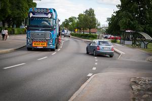 I dagsläget går biltrafik men även tung trafik genom köpingen.
