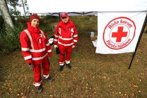 Röda korsets förste hjälpen grupp från Örebro består av Petra Åhlund och Anders Bilow.