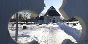 Hede kyrkan i vinterskrud. Foto: Håkan Persson