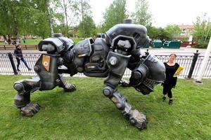 Robothunden, panzerhund, blev en attraktion när Yrkeshögskolan PlaygroundSquad ställde ut den på skolgården på Trotzgatan. Den är två och en halv meter hög. Petra Hillbom står bredvid. I dataspelsvärlden är den inte någon snäll karaktär.