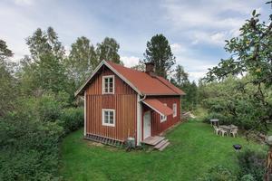 Det röda fritidshuset i Skinnskatteberg blev det populäraste objektet på Hemnet förra veckan. Foto: Länsförsäkringar Fastighetsförmedling