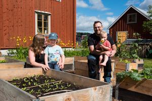 Emma, Harry, Andreas och Olle Libell har hittat sitt drömboende mitt i Domsjö. Den drygt 3 000 kvadratmeter stora tomten passar deras odlingsintresse perfekt.