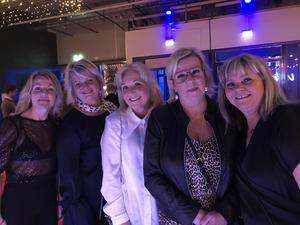 Helen Andersson, Anette Hallblom, Mia Karlström, Karin Karlsson, Mimmie Södergren                                                                                – Vi är ett travgäng som spelar ihop, och nu är vi här för vinstpengarna.                                  –Vi är här för att ha det kul!