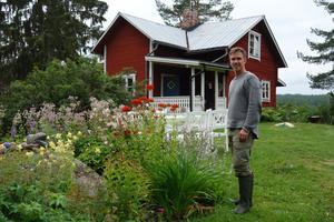 Mattias Lindholm väntade tre veckor innan han klippte gräsmattan.