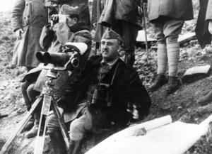 General Franco inspekterar sina trupper under spanska inbördeskriget. Under Francos styre förbjöds katalanska och många katalaner avrättades.