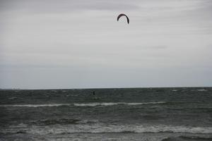 Efter sol kommer regn och hård vind i Sörfjärden, Gnarp. Det passar för Vindsurfing och uthålligheten är stor bland surfarna. De ger järnet bland vågorna.