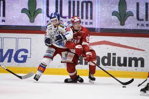 Oskar Nilsson och Vilmos Gallo i kamp om pucken.