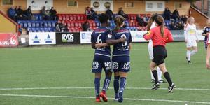 Framspelaren Temwa Chawinga och målskytten Agnes Dahlström klappar om varandra efter Kvarnsvedens 2–0.