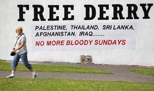 Under den blodiga söndagen, 30 januari 1972, sköt brittiska soldater ihjäl 13 demonstranter i nordirländska Londonderry. Väggmålningen kräver ett Derry, fritt från brittisk överhöghet – och att det aldrig blir fler blodiga söndagar. Foto: Peter Morrison/AP Photo