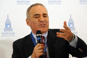 Garry Kasparovs budskap kan beskrivas i schacktermer, sätt press på kungen.  Foto: AP Photo/Alik Keplicz
