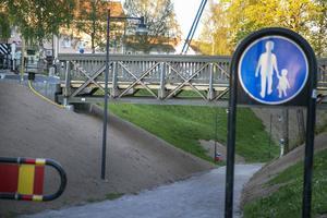 Bron passade perfekt och under torsdagen skruvades den fast i fundamenten.