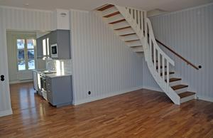 Tvårumslägenheten har ett sovloft vars trappa går upp från vardagsrummet.