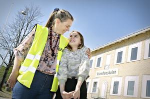 Mentor till klass 4 C Susanne Norén och Mira Nejman trivs att vara ute tillsammans på skolgården.