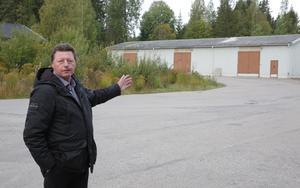 """""""Däruppe i den grå byggnaden kommer Återbruk Smedjebacken att hålla till"""", avslöjar Ingemar Hellström (S)."""
