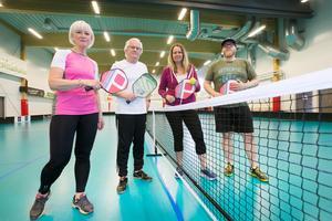 Lars-Göran Wickström, Samuel Nilsson, Ingela Sjöberg och Gunnel Winsjansen. Ingela Sjöberg som bara provat sporten en gång tidigare, ser pickleball som en rolig form av motion. Hon har alltid gillat bordtennis och badminton och tycker att det är roligt att olika åldrar kan spela tillsammans.