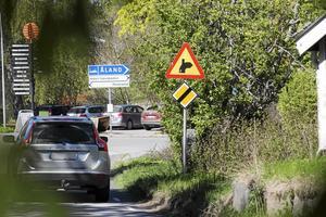 Vi tycker att trafiksituationen sommartid i Grisslehamn är helt orimlig, skriver Karl-Göran Edberg, Andrea Kronvall och Ingmar Ögren.