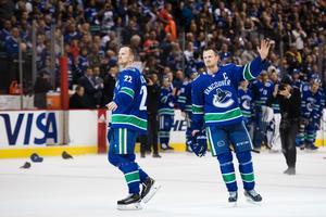 Daniel Sedin och Henrik Sedin tackar publiken efter ishockeymatchen i NHL mellan Vancouver Canucks och Arizona Coyotes den 5 april 2018 i Vancouver. Foto: Joel Marklund / BILDBYRÅN