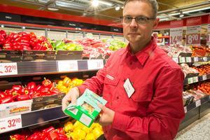 Det räcker att en paprika har börjat mjukna eller att en pastaförpackning är klämd för att kunderna ska rata varan, säger Tony Karlsson, butikschef på Willys i Nynäshamn.