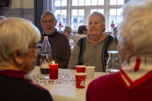 Håkan Jansson, till höger, tycker att det är värdefullt med hemtjänstens träffar.