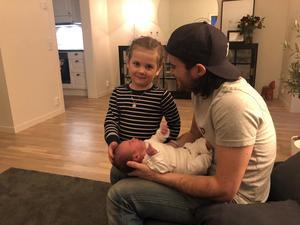 Robbin Sellin och familjens senaste medlem tillsammans med treåriga dottern My.  Bild: Privat