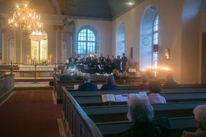 Inne i Aspås kyrka ledde komminister Kristina Eliasson en minnesgudstjänst där namnen på de församlingsbor som avlidit under kyrkoåret lästes upp. Kantorn Helen Alvebro dirigerade Aspåskören.