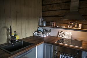 Köket har fått rinnande vatten och fräschats upp men är inte helt klart. Timmerväggen har bland annat plockats fram.