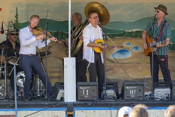 Spännande musiker gästade Lillhärdals camping i tisdags då Tibble Transsibiriska inledde sin världsturné i byn.