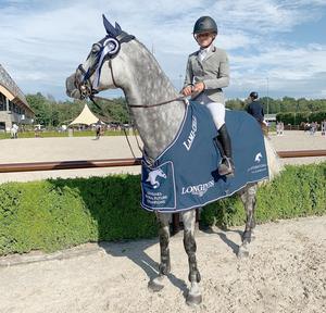 Noraryttaren Ebba Danielsson tog två vinster i hästhoppning på en internationell tävling i Holland. Här på hästen Eunomia. Bild: Privat