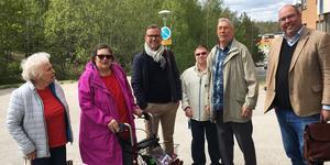 Krister Karlsson, mitt i bild, träffade hyresgästerna Gunvor Karlsson, Eva Wikenholm, Per Hagman och Oliver Eriksson i måndags. Nykvarns kommuns Bengt Andersson, till höger, var också med. Nu är alla inblandade överens om en lösning på hissproblemet.
