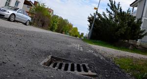 En brunn som sjunkit ner i asfalten vid Vallgatan.
