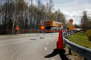 En lyftkran passerar avspärrningingen och tar plats på bron för att lyfta bort Hästbroarna.