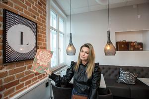 Hanna Wellander har valt en ny tapet som ska komplettera teglet i matsalen.