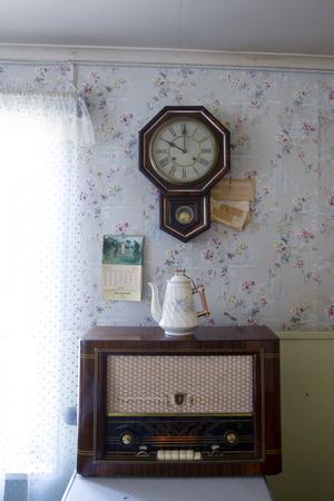 Radion i köket fungerar fortfarande. Det tar ett tag innan den går igång, men sedan sprids musiken i rummet.