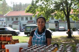 Saiyud Adsawaphan sålde bär och svamp som hon och hennes vänner har plockat under sensommaren.