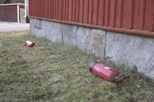 Två tömda brandsläckare som Ivar Hisved använde sig av innan räddningstjänsten var på plats.