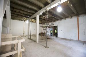 Trägolv och takbjälkar har frilagts när renoveringen av det före detta garveriet  och Cloettahuset har börjat.