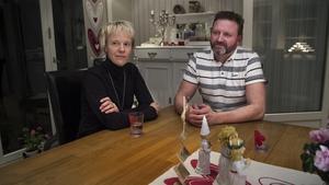 På ytan kan vi se ut som en väl fungerande familj men vi gråter varje dag förklarar Annika Moberg tillsammans med maken Roger.