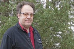 – Det regn som har kommit under försommaren och sommaren har kommit väldigt ojämnt i kommunen och många träd har börjat gå i vila för att överleva torkan , säger Kjell Andersson, skogskonsulent åt Skogsstyrelsen i Norrtälje kommun. Foto: Joakim Dahlbäck