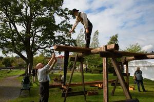 Alex Nordin, Thomas Hagaeus och Love Brolund är alla timmermän som illustrerar det hårda träarbetet under tidigt 1800-tal.
