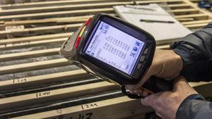 På plats i borrlokalen analyserar man, med hjälp av olika verktyg, vilka borrkärnor som kan vara intressanta.
