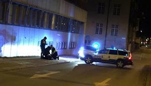 Polisen ingriper mot en man som försökte fly när polisen kom till platsen.