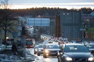Under tre dagar i februari stängdes Mälarbron delvis av för trafik med anledning av pålningsarbeten i Södertälje kanal. Den 23 och 24 mars är det dags igen.