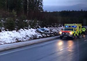 Bilen hamnade vid sidan av vägen efter olyckan.