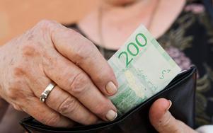 Samtliga politiker från Västmanland som svarat på enkätenvill att det ska gå att betala med kontanter.