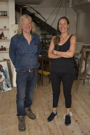 Berth Johansson och Lina Burman har tillbringar hösten och vinterhalvåret med att färdigställa pråmen Gaia så att den nu kan ta emot elever i Volund Metal Art School på Högmarsö varv.