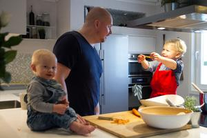 Det finns mycket glädje och nyfikenhet i köket hos familjen Eklund.