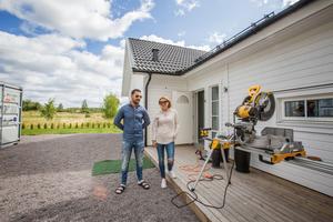 2018 flyttade familjen in i det nybyggda huset i Stora Mellösa men alla problem har gjort att glädjen att bo där har försvunnit, menar Louis Berglund och Hichem Mejri.