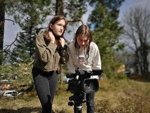 Filminspelning pågår, här VBU-eleverna  Agnes Edlund och Ida Håkansson. Foto: Läsarbild