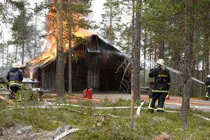 Samtidigt som det brann på skjutfältet började det brinna i en gammal museibyggnad på skogsmuseet Lomkällan i Särna. Den branden bekämpades av brandmän från Idre och Värmland när Särnas styrka var på skjutfältet.