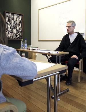 Det blev ett ömsesigt utbyte av åsikter kring böcker, då Tomas Dömstedt ledde en skrivarverkstad på biblioteket.